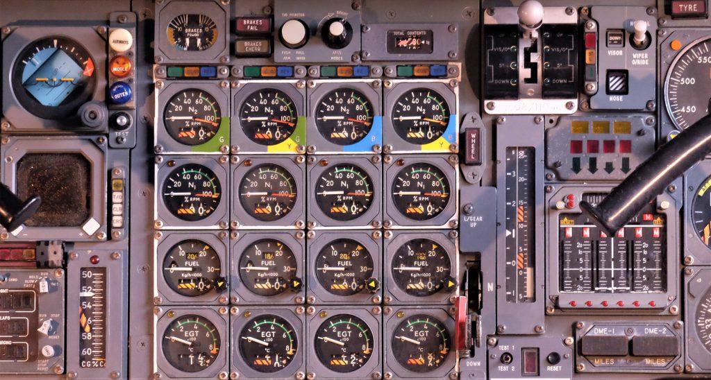 Armaturen einer Maschine oder eines älteren Flugzeuges