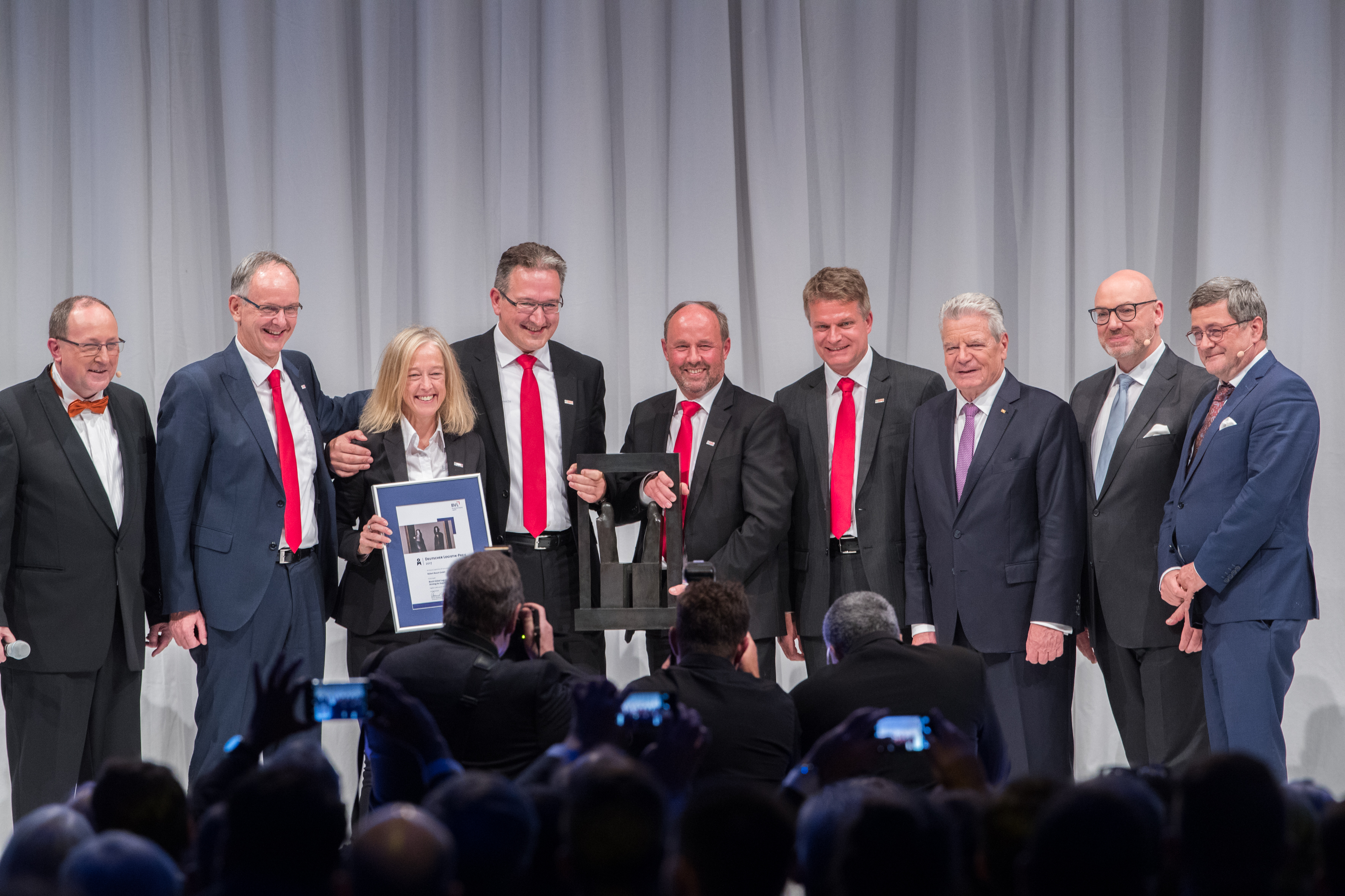 The team from Bosch led by Andreas Reutter, Executive Vice President Global Logistics (3rd from l.) was honoured by Jury Chairman Roland Tichy (extreme right) as well as – to his left – Prof. Raimund Klinkner and former German President Joachim Gauck.