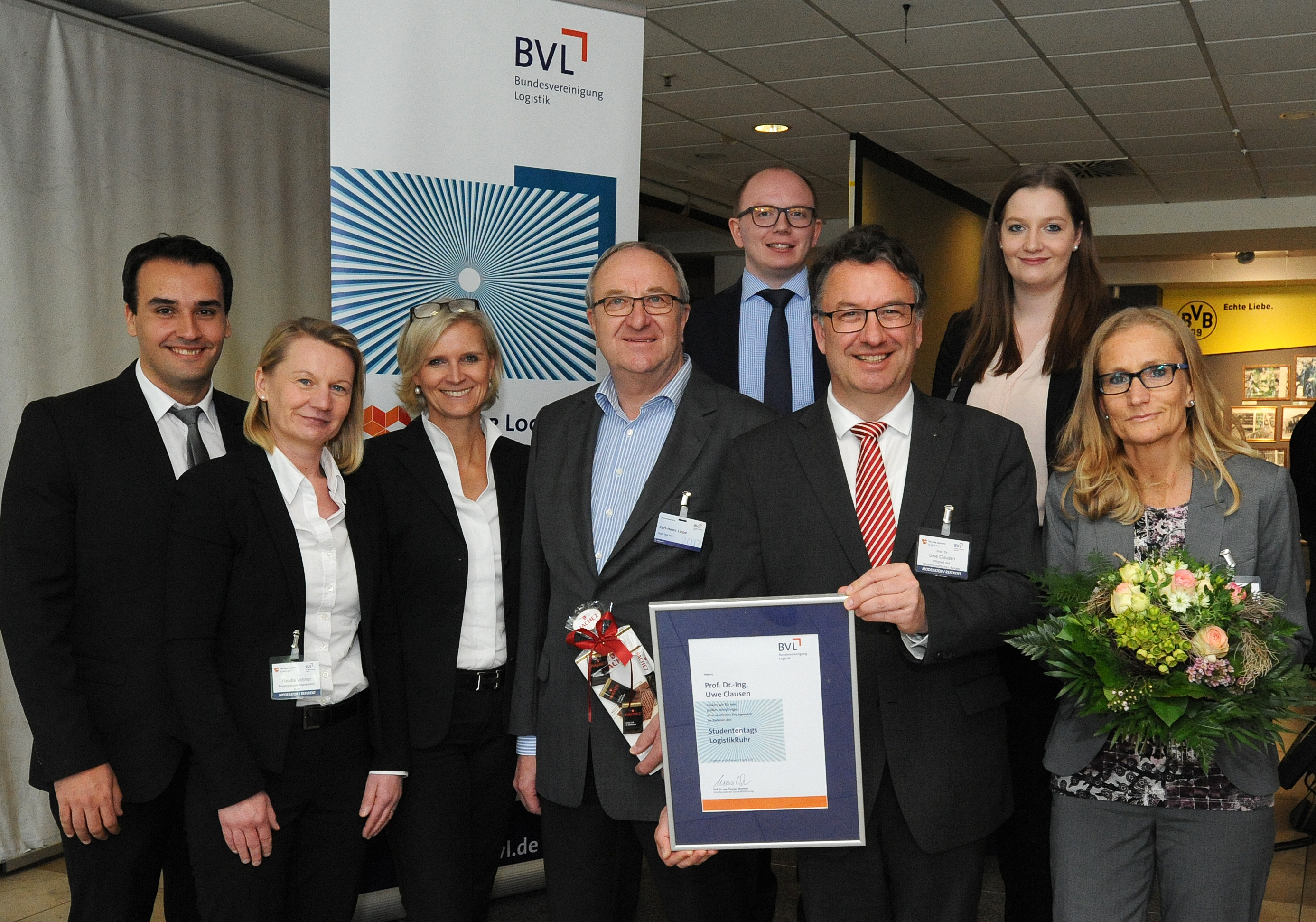 The LogistikRuhr Student Day, which has been part of Supply Chain Day every year since 2008, celebrated its tenth birthday. It was on this anniversary that Prof. Uwe Clausen (3rd from r.) bid farewell to the project that he has been heavily involved in for many years. Taking leave of Clausen in Dortmund: Georgios Kretsis, Klaudia Vollmer, Christine Körner, Karl-Heinz Lippe, Daniel Kaczmarek, Laura Plewinski and Andrea Kapahnke.